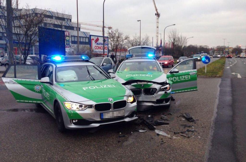 Zwei Polizeiwagen haben einen Unfall. Wie reagieren Sie?