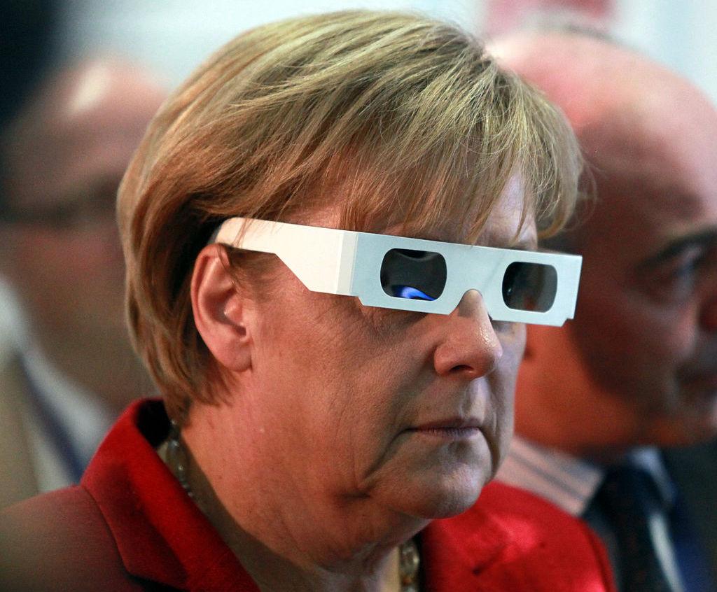 Bundeskanzlerin Angela Merkel betrachtet die Welt mit anderen Augen