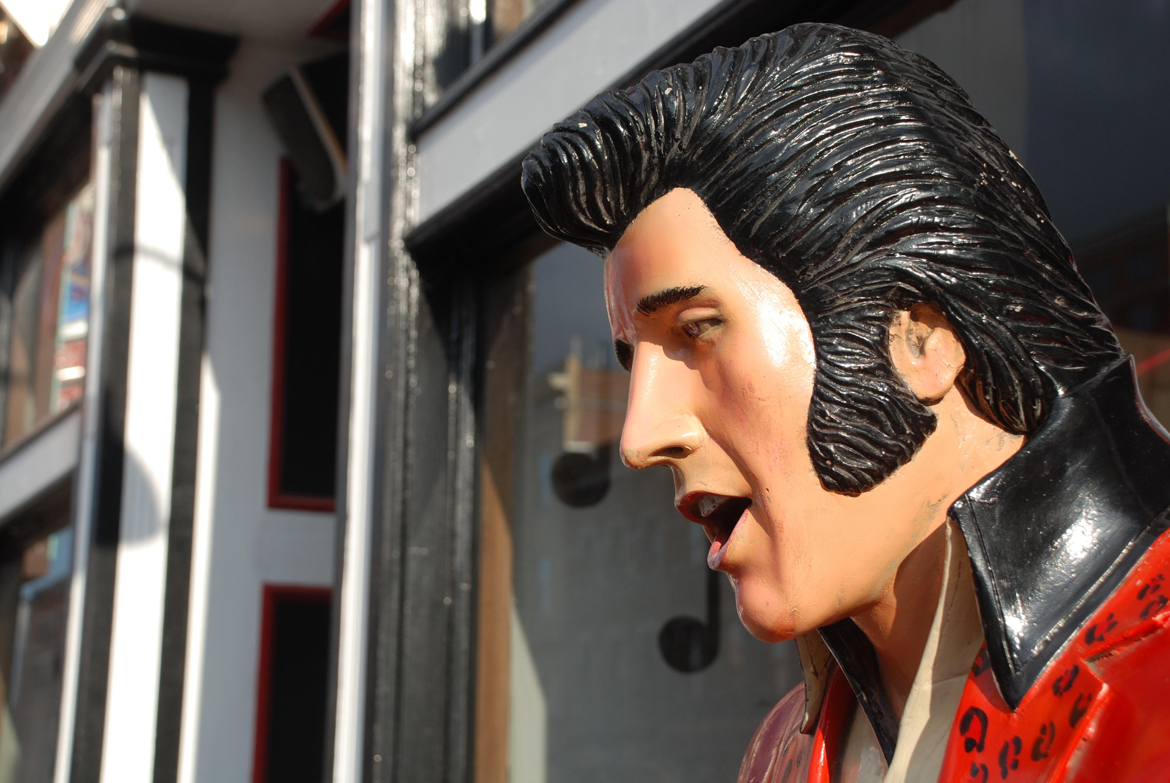 Elvis lebt: 10 berühmte Legenden die eigentlich schon tot sind aber wahrscheinlich doch noch irgendwo rumlungern